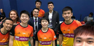 Goh Jin Wei (front middle) takes pictures with other players from Ampang Badminton Club. (photo: Ampang BC's Facebook)