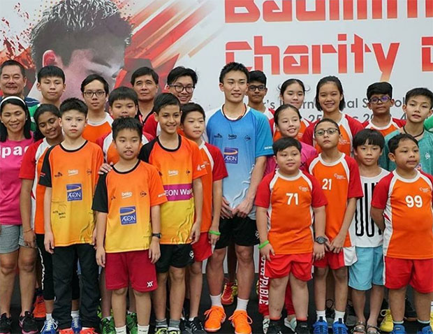 Kento Momota keeps kids motivated by teaching them how to play badminton at a charity event. (photo: Ampang Jaya's Facebook)