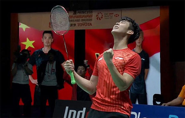Loh Kean Yew lets out a roar as he fights back from behind in both sets to beat Lin Dan. (photo: AFP)