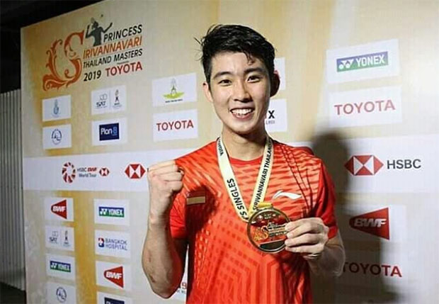 Loh Kean Yew poses with his Thailand Masters gold medal. (photo: AFP)