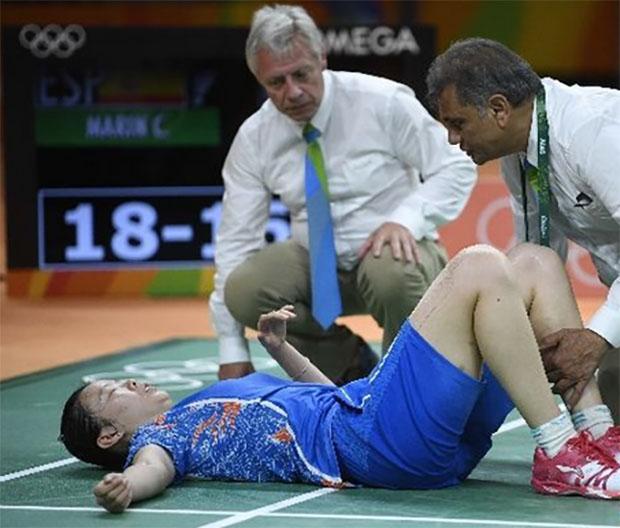 Li Xuerui picks up the same injury during the Rio Olympic semifinals. (photo: AFP)