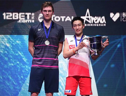 Kento Momota (R) and Viktor Axelsen pose for pictures at the award ceremony. (photo: AFP)