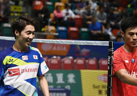 Kanta Tsuneyama (L) beats Shesar Hiren Rhustavito to clinch victory for Japan at the Asia Mixed Team Championships semi-final. (photo: Badminton Asia)