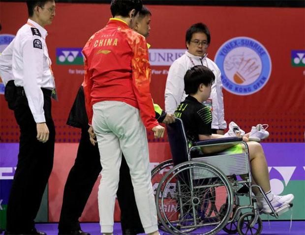 He Bingjiao sprains her ankle. (photo: Sina)