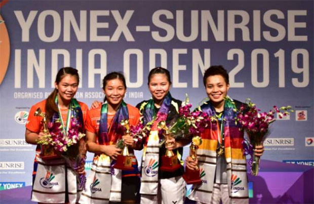 Chow Mei Kuan/Lee Meng Yean & Greysia Polii/Apriyani Rahayu pose for pictures during the award ceremony. (photo: STR/AFP/Getty Images)