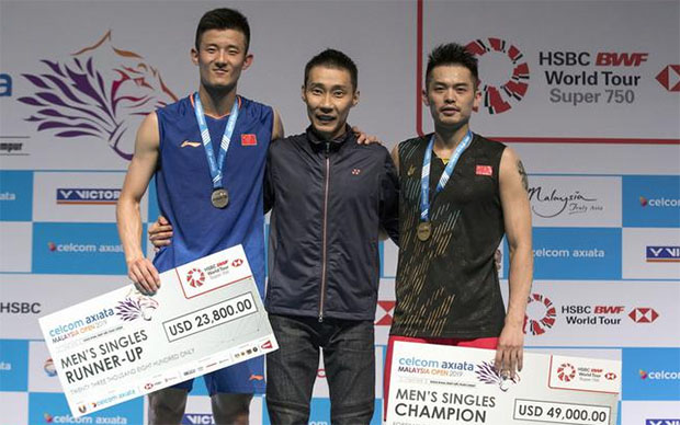 Chen Long (L) and Lin Dan (R) pose next to Lee Chong Wei of Malaysia after the men's singles final of the Malaysia Open. (photo: AFP)