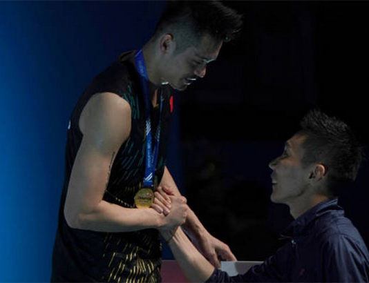 Lee Chong Wei congratulates Lin Dan during the awards ceremony. (photo: Stanley Chou/Getty Images)