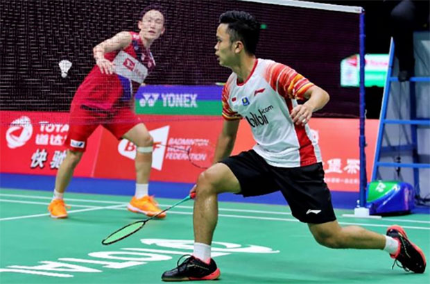 Kento Momota beats Anthony Sinisuka Ginting in the 2019 Sudirman Cup semi-finals. (photo: AFP)