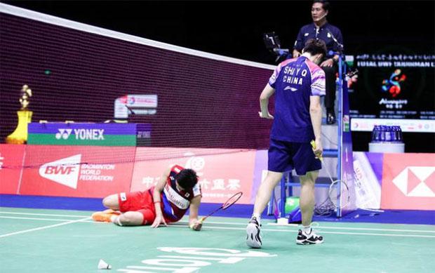 Kento Momota (left) was choked under pressure facing Shi Yuqi in the 2019 Sudirman Cup final. (photo: osports)