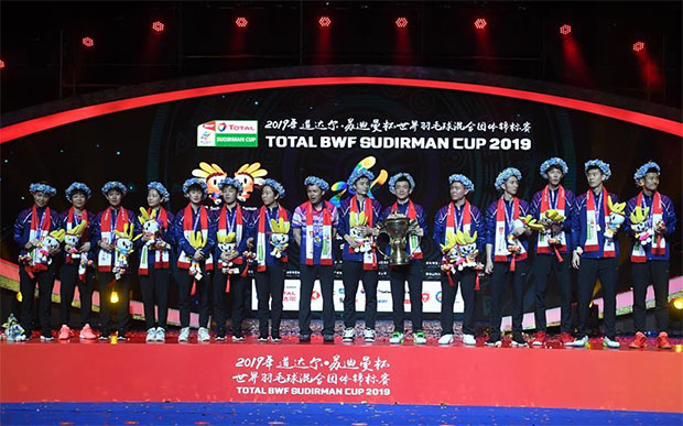 The Chinese team poses for pictures during the 2019 Sudirman Cup awards ceremony in Nanning, China. (photo: Xinhua)