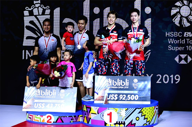 Mohammad Ahsan/Hendra Setiawan (L), Marcus Fernaldi Gideon/Kevin Sanjaya Sukamuljo pose pictures with their kids at the awards ceremony. (photo: Xinhua/Du Yu/IANS)