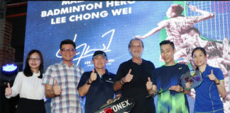 Wong Mew Choo (R) and Lee Chong Wei (2nd from R) at launching ceremony of the ASTROX99LCW racket. (photo: Bernama)