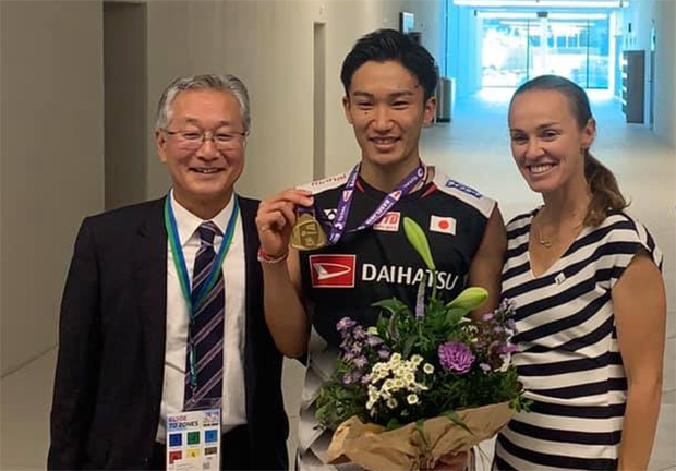 Kento Momota poses for pictures with Martina Hingis. (photo: BWF)