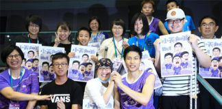 Chou Tien Chen celebrates Chinese Taipei Open second round victory with his fans. (photo: UDN)