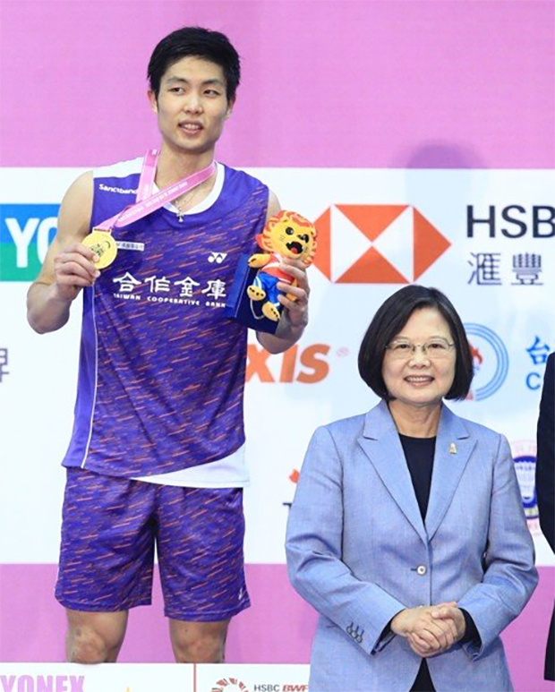 Taiwan's president Tsai Ing-wen presents the men's singles title to Chou Tien Chen. (photo: UDN)