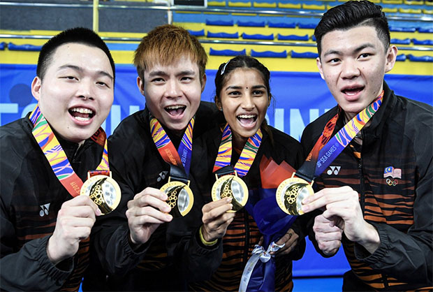 Aaron Chia (from left), Soh Wooi Yik, Selvaduray Kisona and Lee Zii Jia display their SEA Games gold medals. (photo: Bernama)