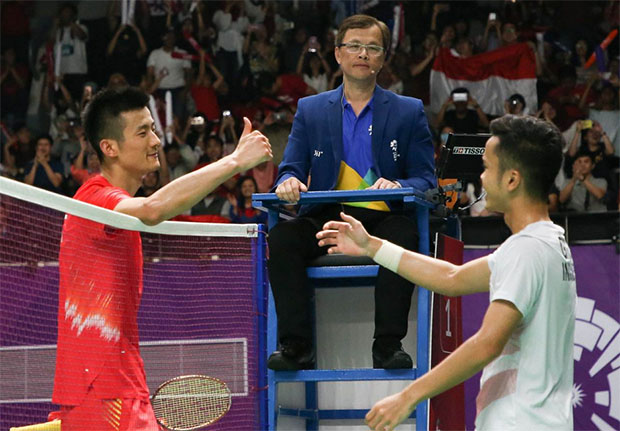 Anthony Sinisuka Ginting (R) to play Chen Long in the 2019 BWF World Tour Finals semis. (photo: AFP)