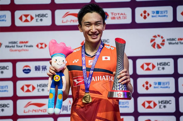 Kento Momota poses with his 2019 BWF World Tour Finals trophy. (photo: AFP)