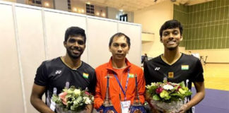 Flandy Limpele poses with India's men's doubles players Satwiksairaj Rankireddy (left) and Chirag Shetty. (photo: AFP)