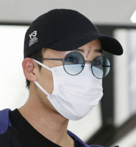 Kento Momota returns home from a fatal car accident in Malaysia. (photo: AFP)