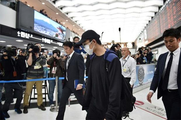 Kento Momota arrives at Narita Airport. (photo: AFP)
