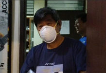 Herry IP distributes face masks to Indonesian shuttlers. (photo: Detik)