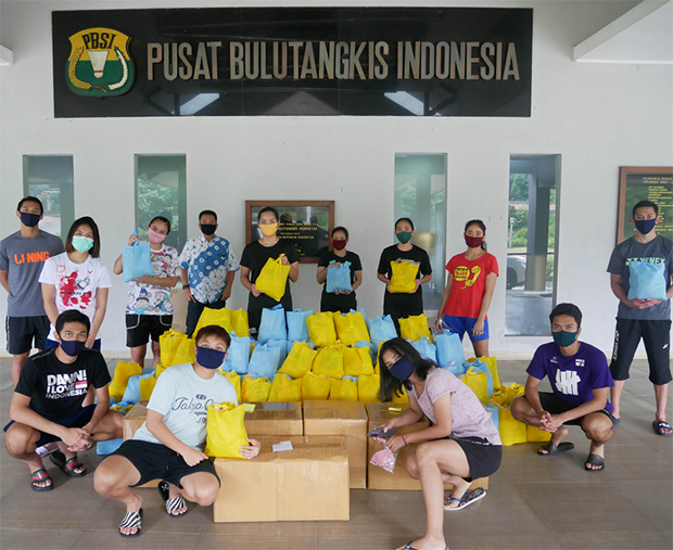 PBSI shuttlers donate food and supplies for Covid-19 victims. (photo: PBSI)