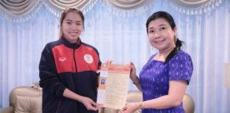 Ratchanok Intanon takes picture with the principal of Bangkok Thonburi University. (photo: Ratchanok Intanon's Instagram)