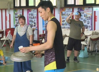 Chou Tien Chen is having fun playing badminton with fry pan. (photo: sports.ltn.com.tw)
