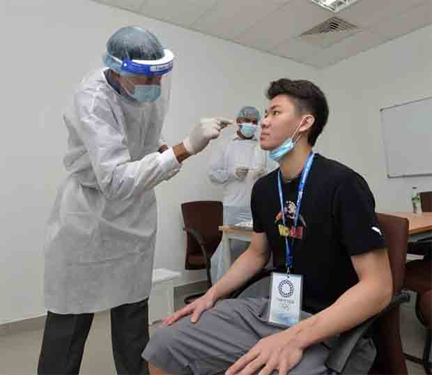 Lee Zii Jia undergoing a Coronavirus swab test. (photo: BAM)