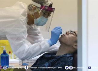 The medical worker takes a swab test on Goh V Shem. (photo: BAM)