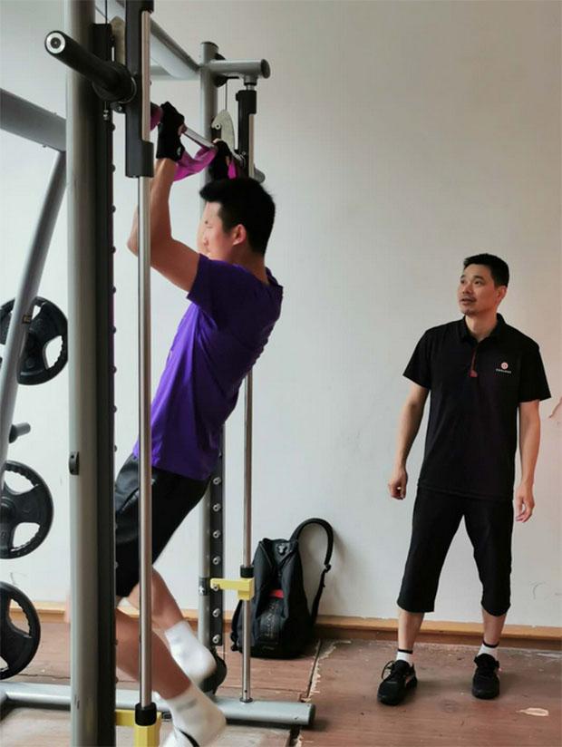 Chen Long is doing strength training. (photo: Xinhua)