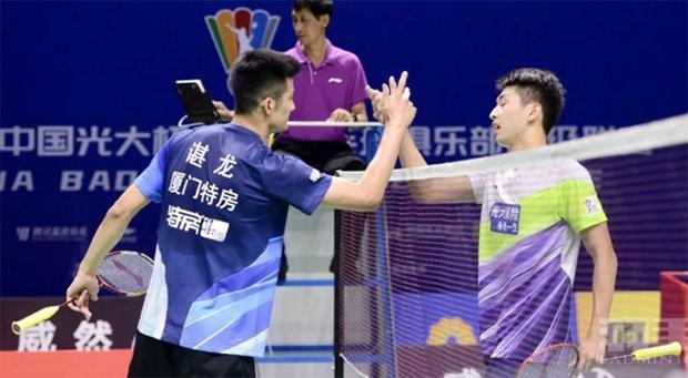 Chen Long (L) thanks Lin Guipu after Wednesday's 2020 China Badminton Super League (CBSL) match. (photo: CBSL)