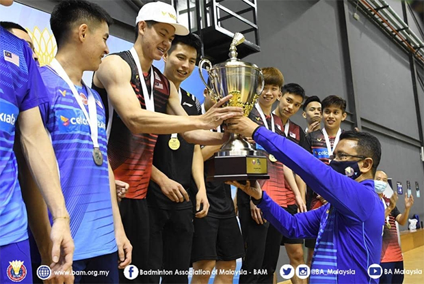 Lee Zii Jia accepts the President's Cup trophy from President of BAM, Tan Sri Dato' Sri Mohamad Norza Zakaria. (photo: BAM)