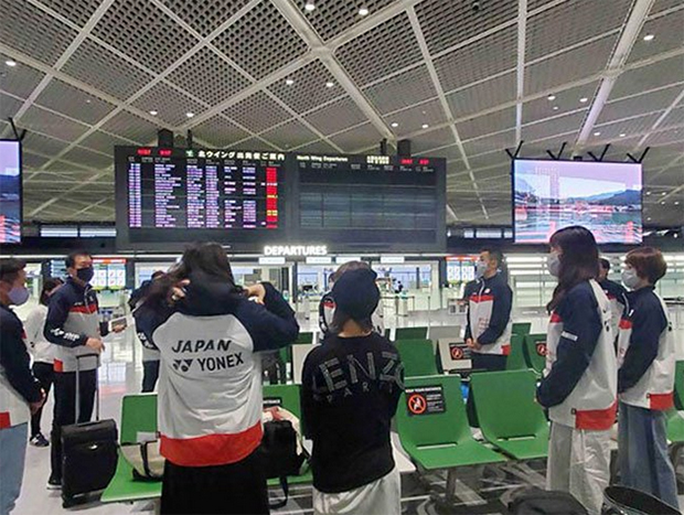 Park Joo Bong (2nd left) and the Japanese players are waiting to board a flight to Denmark. (photo: Twitter)