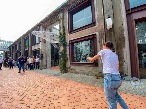 Tai Tzu Ying plays badminton with the mayor of Kaohsiung, Chen Chi-Mai. (photo: Kaohsiung Tourism Bureau)