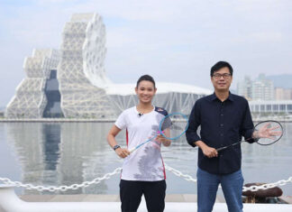 Tai Tzu Ying and the mayor of Kaohsiung, Chen Chi-Mai, pose for pictures. (photo: Kaohsiung Tourism Bureau)