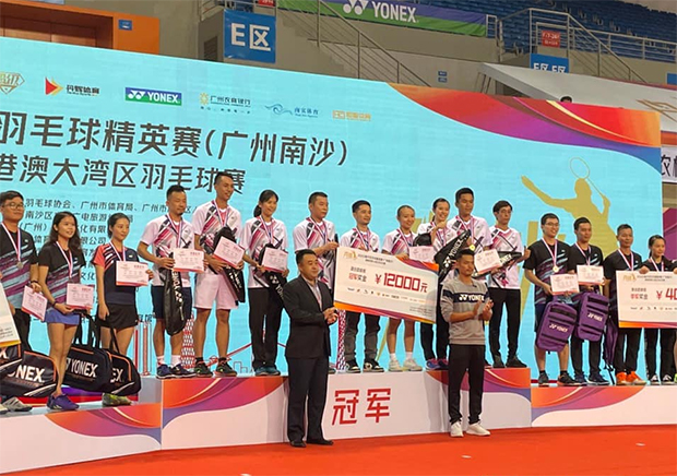 "Lin Dan poses with the winners of the ""Lin Dan Badminton Elite Championships"". (photo: Weibo)"