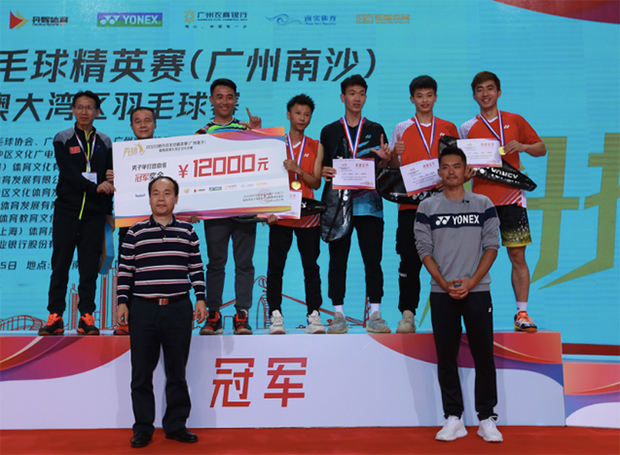 Lin Dan poses with the winners. (photo: Weibo)