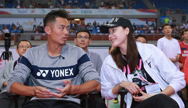 Lin Dan talks to his wife, Xie Xingfang at the event. (photo: Weibo)