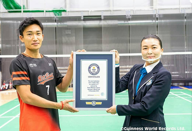 Kento Momota receives Guinness World Records certificate. (photo: Guinness World Records)