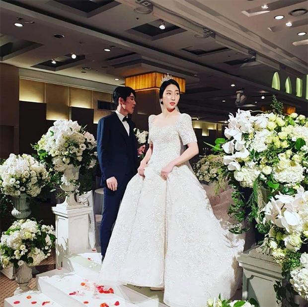 Sung Ji Hyun in a beautiful wedding dress. (photo: Instagram)