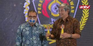 Herry Iman Pierngadi accepting awards on behalf of Hendra Setiawan/Mohammad Ahsan and Kevin Sanjaya Sukamuljo/Marcus Fernaldi Gideon. (photo: antv)