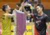 Kento Momota greets Kanta Tsuneyama after the final. (photo: nikkansports)