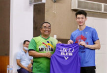 Lee Zii Jia gives Md Nor his jersey. (photo: UPDA)