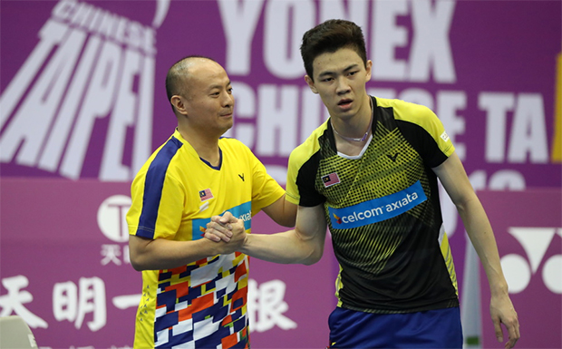 Lee Zii Jia (R) finds a new way to work with Hendrawan in Bangkok. (photo: BWF)