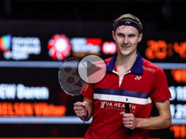 Viktor Axelsen poses for pictures with his broken racket. (photo: Shi Tang/Getty Images)