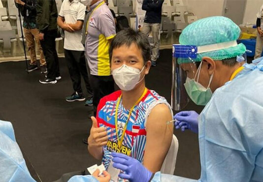 Hendra Setiawan receives the first dose of the COVID-19 vaccine on Friday. (photo: Hendra Setiawan's Instagram)