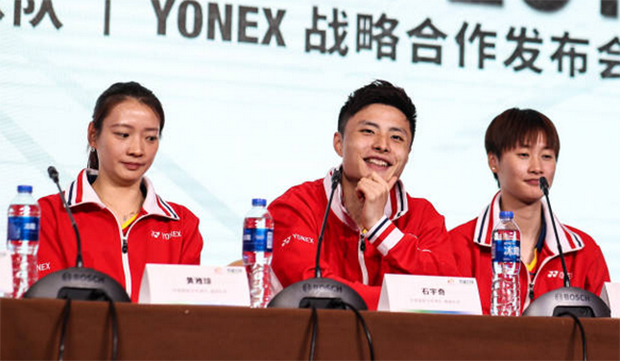 Huang Yaqiong (from left), Shi Yuqi, and Chen Yufei at the YONEX sponsorship signing ceremony. (photo: Shi Tang/Getty Images)