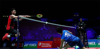 Lee Zii Jia (L) plays Kento Momota in the 2021 All England quarter-finals. (photo: AFP)